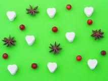 Fond vert avec le coeur de sucre, les étoiles d'anis et les canneberges image stock