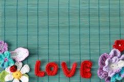 Fond vert avec le rouge fait du crochet Photographie stock libre de droits