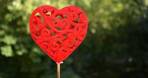 Fond vert décoratif de coeur rouge Photographie stock