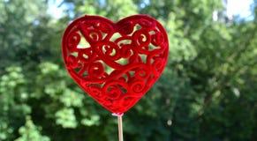 Fond vert décoratif de coeur rouge Photos stock
