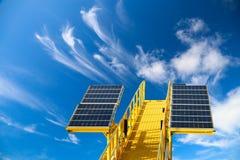 Fond vert d'énergie, énergie d'économies avec de l'énergie verte, industrie de pile solaire, système de pile solaire et énergie p Photographie stock libre de droits