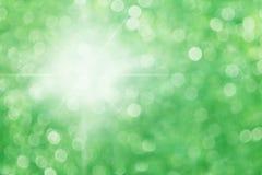 Fond vert de bokeh avec la lumière du soleil, beau soleil léger de milieux allumant l'effet vert de bokeh de forêt de nature Photographie stock libre de droits