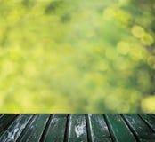 Fond vert de Bokeh avec le conseil en bois vide Images libres de droits