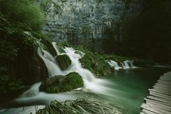 Fond vert de cascades de conte de fées photos stock
