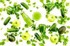 Fond vert de légumes avec les smoothies végétaux Paprika, concombre, salade d'arugula, avocat et frais brillants photos stock