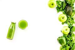 Fond vert de légumes avec les smoothies végétaux Paprika, concombre, salade d'arugula, avocat et frais brillants image libre de droits