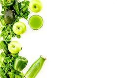 Fond vert de légumes avec les smoothies végétaux Paprika, concombre, salade d'arugula, avocat et frais brillants photo libre de droits