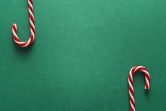 Fond vert de Noël avec les cannes de sucrerie rouges Copiez l'espace Chr Image stock