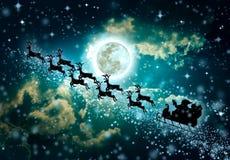 Fond vert de Noël Silhouette du vol de Santa Claus dessus Photos stock