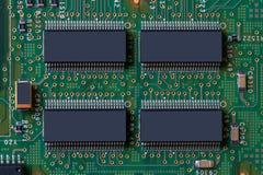 Fond vert de technologie Image de détail de plan rapproché de la grande puce quatre avec beaucoup de jambes sur la carte électron image libre de droits