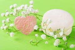Fond vert pour tous les amants, pour les vacances du jour saint du ` s de Valentine, avec un dessert crémeux de macaron Photographie stock