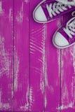 Fond vertical avec le pourpre de couleur d'espadrilles Photos libres de droits