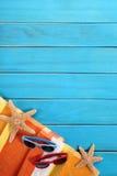 Fond vertical de plage, lunettes de soleil, l'espace de copie Images stock