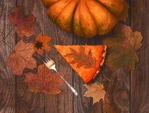 Fond vibrant de nourriture avec le dessert de tarte de potiron photo libre de droits