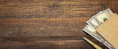 Fond vide en bois avec le carnet, l'argent et le stylo d'or Image libre de droits