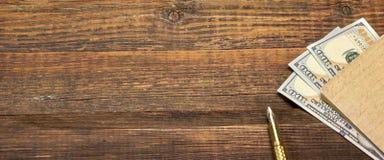 Fond vide en bois avec le carnet, l'argent et le stylo d'or Photos libres de droits
