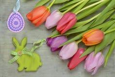 Fond vide gris en bois de Pâques de l'espace de copie avec les tulipes colorées Images stock