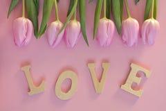 Fond vide rose en bois de l'espace de copie avec les tulipes colorées Photo libre de droits