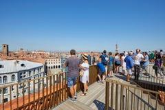 Fondaco dei泰代斯基,与人的豪华百货店大阳台在威尼斯,意大利 免版税库存图片