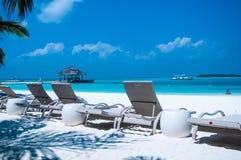 Fondale marino sulla spiaggia sabbiosa bianca della riva di mare 0n - festa Fotografia Stock