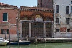 Fondamenta Antonio Maschio παράλληλα με το κανάλι SAN Donato Επάνω από την παλαιά πύλη υπάρχει ένα παλαιό μωσαϊκό Το μωσαϊκό βρίσ Στοκ Εικόνες