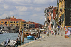 Fondamenta di Cannaregio och Ponte för fot- bro dei Tre Archi italy venice Arkivfoton