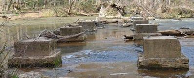 Fondamenti del ponte lasciati in fiume fotografia stock libera da diritti