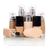 Fondamento liquido cosmetico di vari colori isolato su bianco fotografia stock