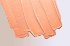 Fondamento liquido macchiato sulla pendenza bianca Fotografia Stock Libera da Diritti