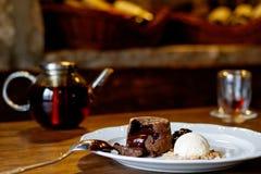 Fondan с сиропом и мороженым на плите и турецким чаем в традиционном стекле Стоковые Фото