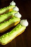 fondant σοκολάτας γαλλική πουτίγκα Νόστιμος ασβέστης eclairs με τη μαρέγκα στον πίνακα στοκ εικόνα με δικαίωμα ελεύθερης χρήσης