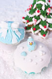 Fondant cupcakes and frosted gingerbread Royalty Free Stock Photos