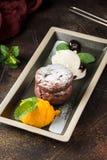 Fondant de chocolat avec la cr?me glac?e et la menthe froides, dessert traditionnel, g?teau doux avec le remplissage liquide images stock