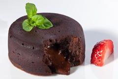 Fondant de chocolat avec la fraise images stock