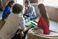 Fondatori della riunione d'affari start-up sul vecchio sofà delle nonne Immagine Stock
