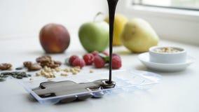 Fondente di cioccolato che versa nel vassoio Processo di cottura del cioccolato fatto domestico fotografia stock libera da diritti