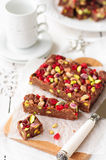 Fondente di cioccolato con le ciliege Glace, pistacchi immagini stock libere da diritti