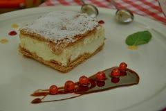 Fondente papale calorico dolce servito con sul piatto bianco con frutta con un cucchiaio d'acciaio d'argento immagine stock