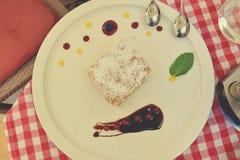 Fondente papale calorico dolce servito con sul piatto bianco con frutta con un cucchiaio d'acciaio d'argento fotografie stock libere da diritti