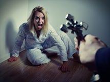 Fondere fuori un demone da una donna con la preghiera Immagini Stock