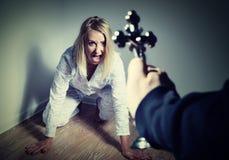 Fondere fuori un demone da una donna con la preghiera Fotografia Stock
