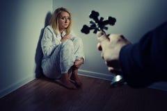 Fondere fuori un demone da una donna con la preghiera Immagini Stock Libere da Diritti