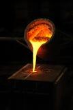 Fonderie - le métal fondu a plu à torrents de la poche dans le moul Photo stock