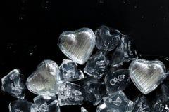 Fondez mon concept de coeur avec des chocolats enveloppés par argent Photographie stock