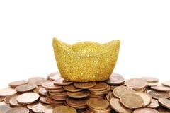 Fondi Coinand dell'oro sopra bianco fotografie stock