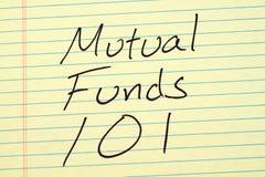 Fondi di investimento mutualistici 101 su un blocco note giallo Immagini Stock Libere da Diritti