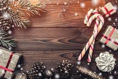 Fondo Árbol de abeto, cono decorativo Espacio de mensaje por la Navidad y el Año Nuevo Dulces y regalos por días de fiesta Imagen de archivo