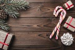 Fondo Árbol de abeto, cono decorativo Espacio de mensaje por la Navidad y el Año Nuevo Dulces y regalos por días de fiesta Fotografía de archivo libre de regalías
