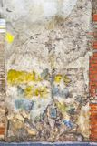 Fondo abandonado pintado colorido de la pared de ladrillo Fotos de archivo libres de regalías