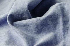 Fondo abstracto - arrugado de la materia textil azul de la mezclilla foto de archivo